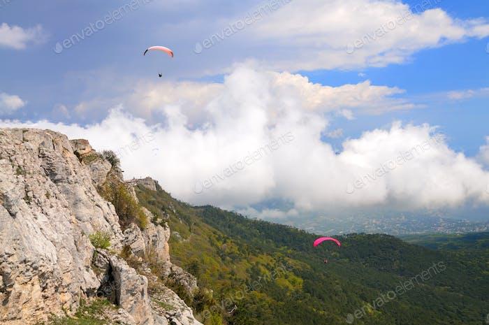 Skydiver fliegt über die Berge