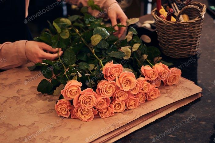 Weibliche Floristen tragen Uniform machen eine schöne Blume Komposition