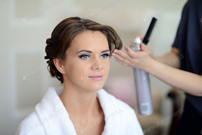 Hochzeit Make-up-Künstler machen ein Make-up für die Braut