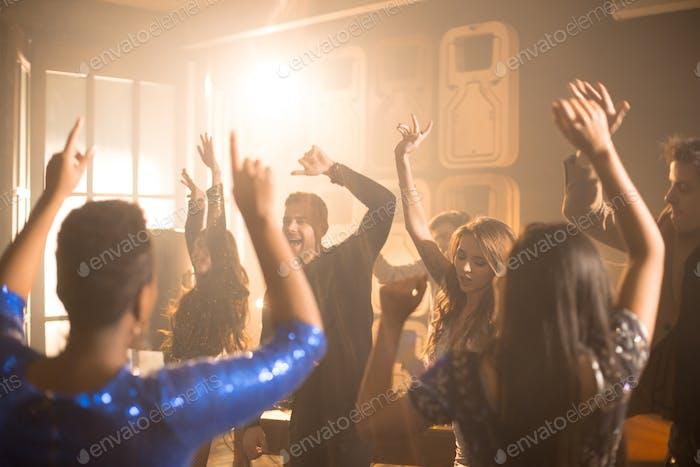 Menschen tanzen auf party