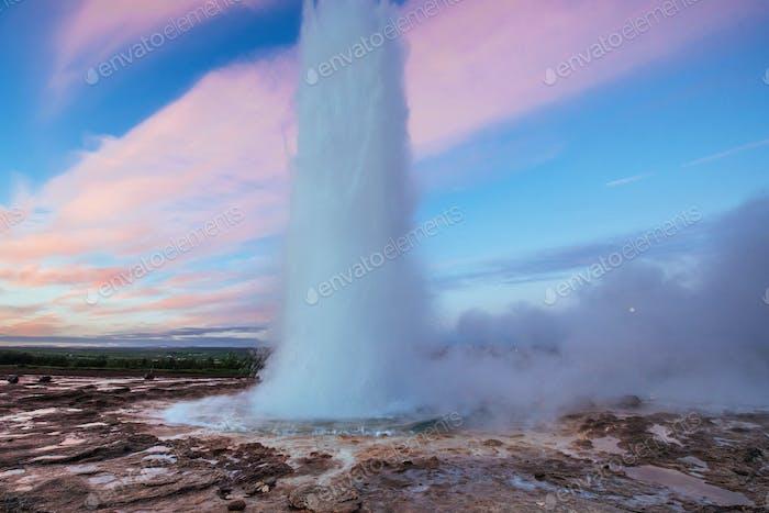 Strokkur-Geysir-Ausbruch in Island. Fantastische Farben. Schön