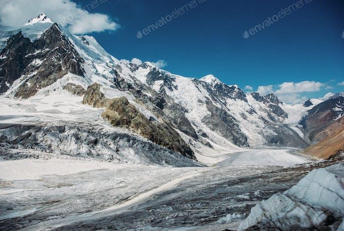 schöne verschneite Berge, Russische Föderation, Kaukasus, Juli 2016