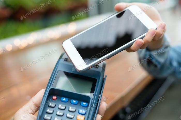 El cliente paga con teléfono móvil en tecnología NFC