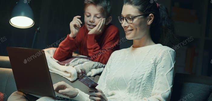 Mutter und Sohn tun Online-Shopping zusammen