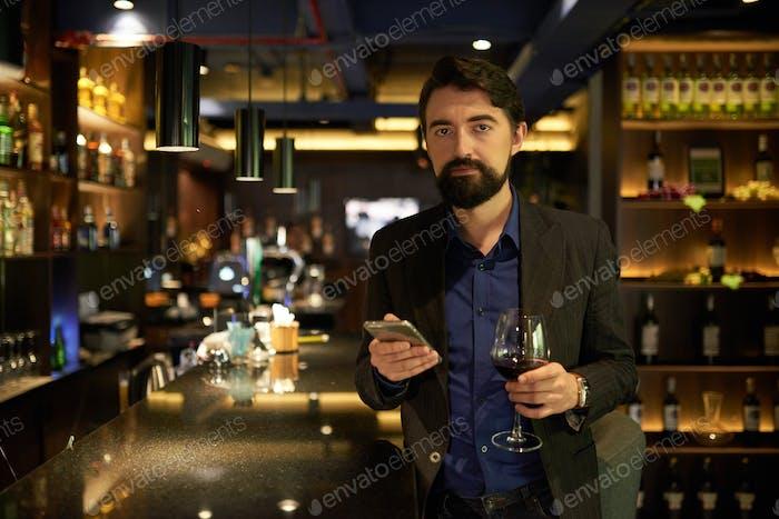 Geschäftsmann mit Glas Wein