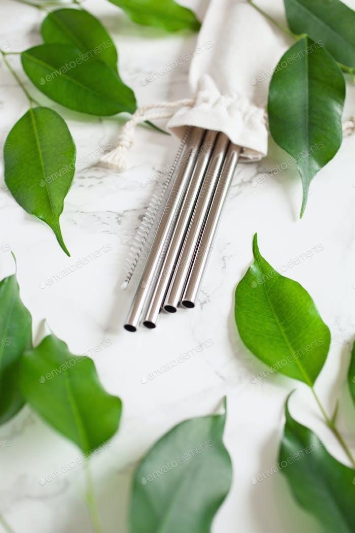 umweltfreundliches wiederverwendbares Trinkhalm aus Metall. Zero-Abfall-Konzept