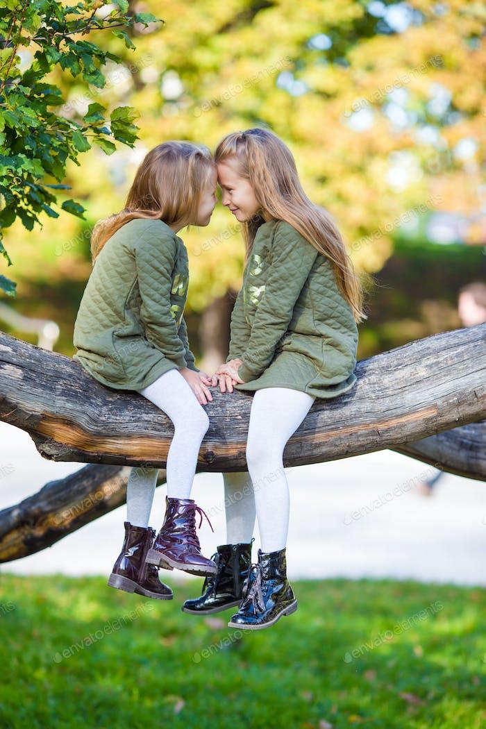 Kleine entzückende Mädchen im freien bei warmen sonnigen Herbsttag