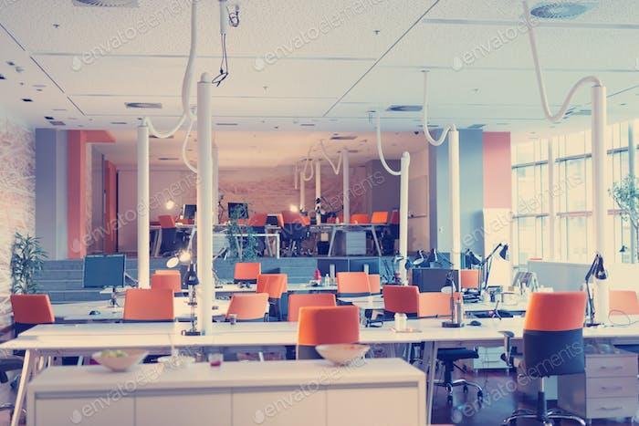 Большой яркий пустой современный офис