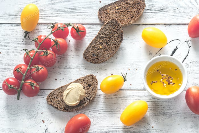 Hummus with tomatoes and bread