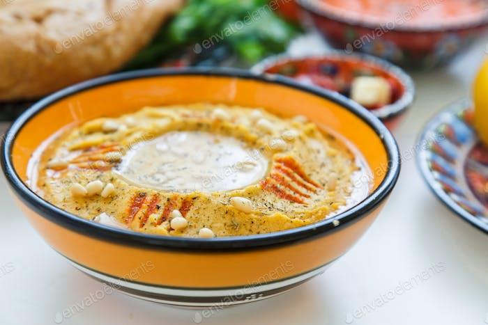 Hummus mit Paprika und Olivenöl.