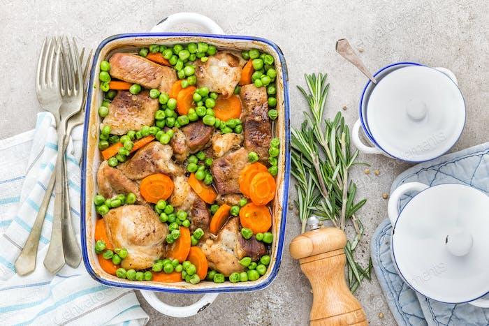 Fleisch gebacken mit Karotten und grünen Erbsen