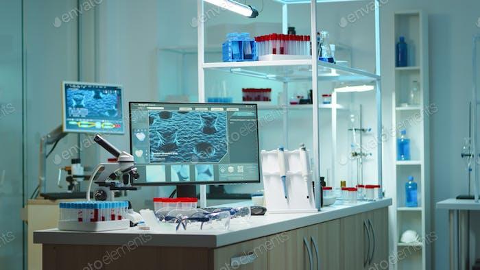 Laboratorio vacío modernamente equipado con nadie en él