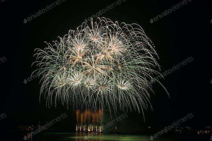 Feuerwerk über dem Wasser