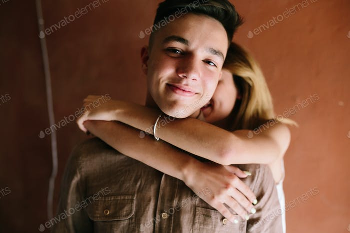 Mädchen umarmt Kerl aus hinter