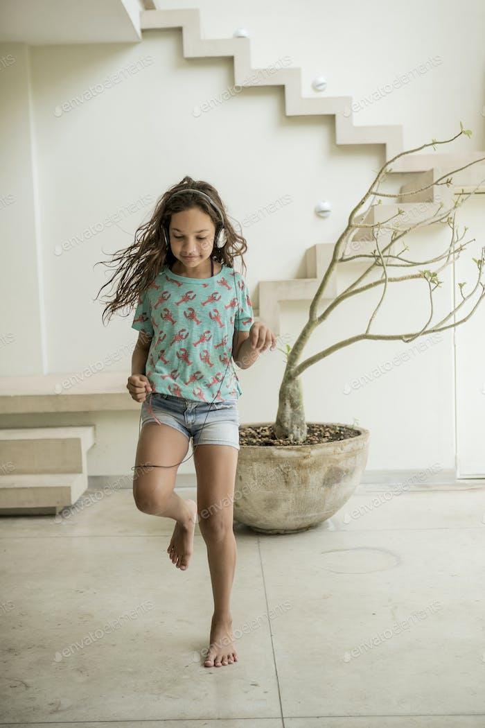 Ein Mädchen, das in einem Haus rennt.