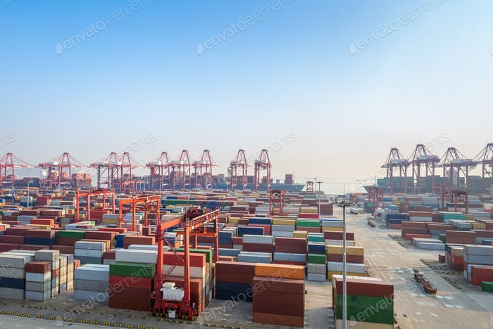 modernes Containerterminal in der Abenddämmerung