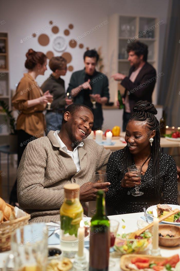 Pareja africana en el fiesta