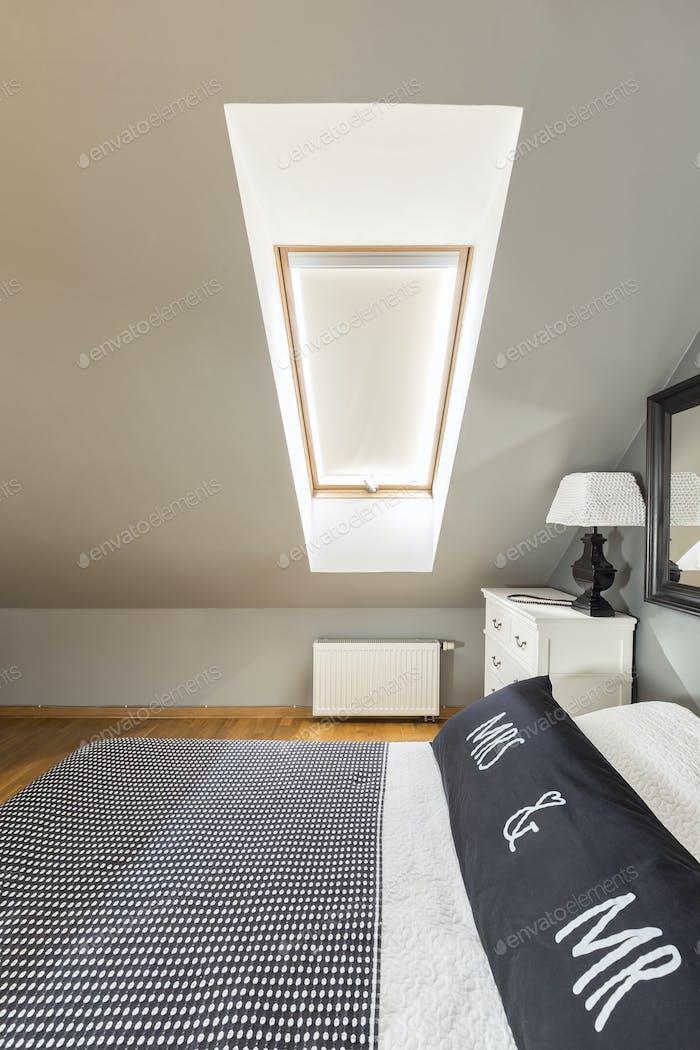 Спальня на мансарде с двуспальной кроватью