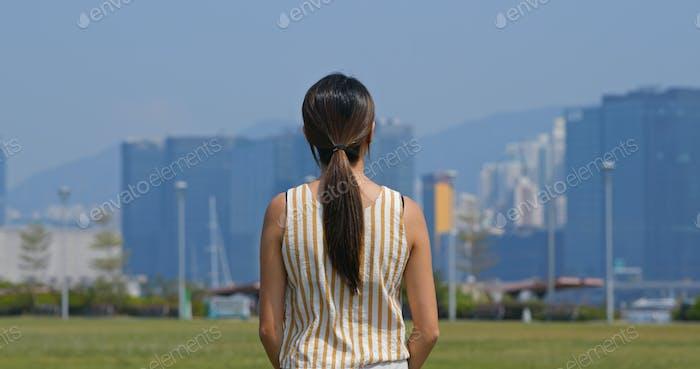 Frau schauen sich um die Stadt
