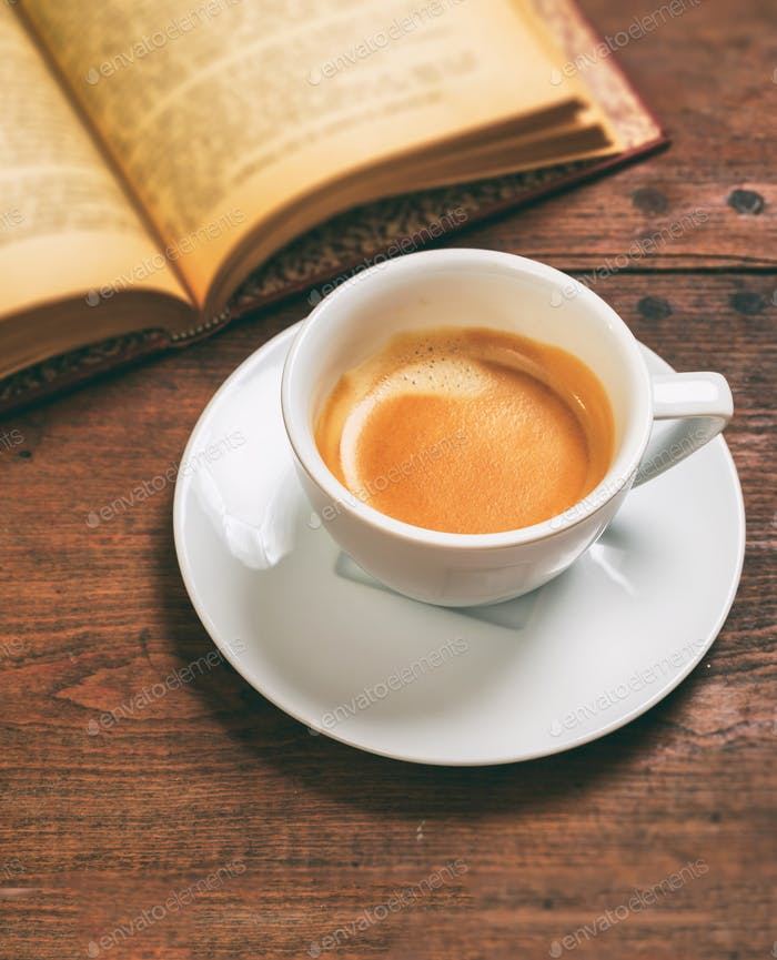 Vintage Buch und eine Tasse Kaffee auf Holzhintergrund. Pause, Termin in einem Café