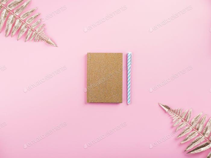 Goldene Zweige und Agenda auf rosa Millennial