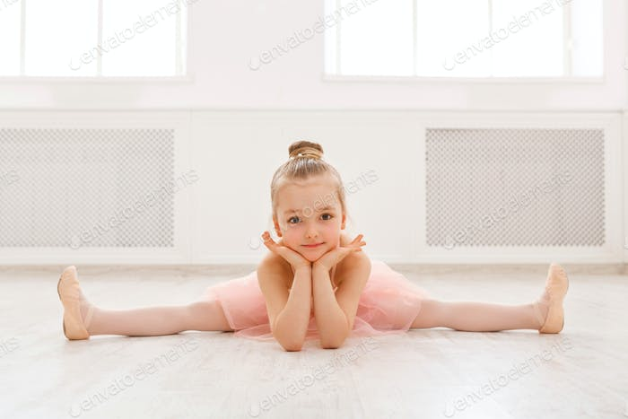 Porträt der kleinen Ballerina auf dem Boden, Kopierraum
