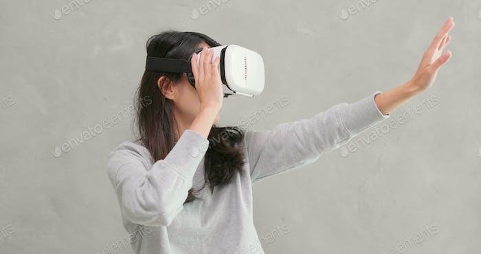 Frau spielt VR-Gerät