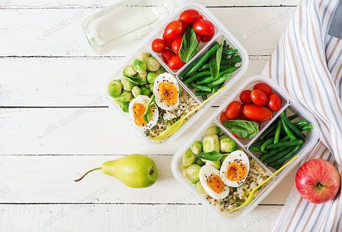 Vegetarisches Essen Vorbereitungsbehälter mit Eiern, Rosenkohl, grünen Bohnen und Tomaten.