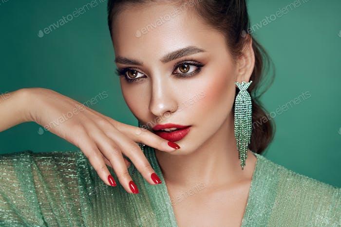 Vertical hermosa Mujer con joyas