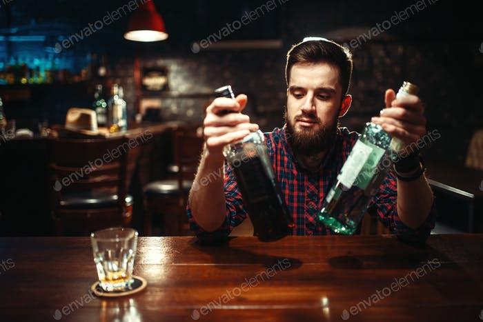 Alkoholiker sitzen an der Bar, Trunkenheit