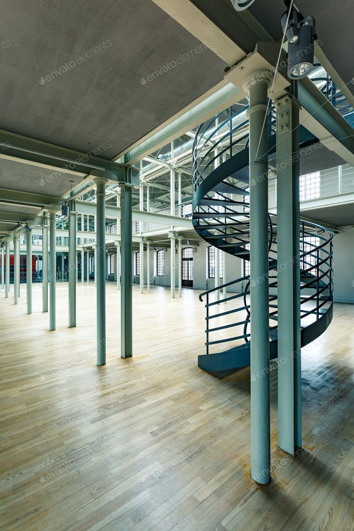 Post Industrie-Interieur mit Treppen