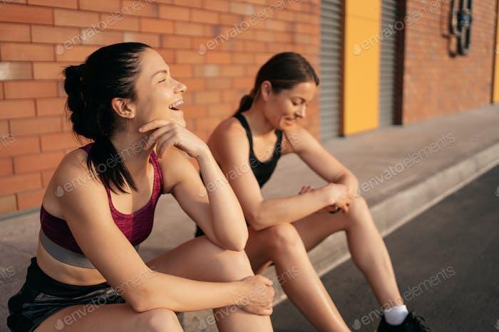 Porträt von zwei jungen schönen Sport Frau Ruhe nach dem Training in der Stadt