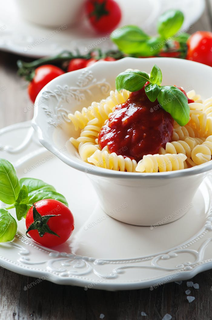 Fusilli with tomato sauce and basil