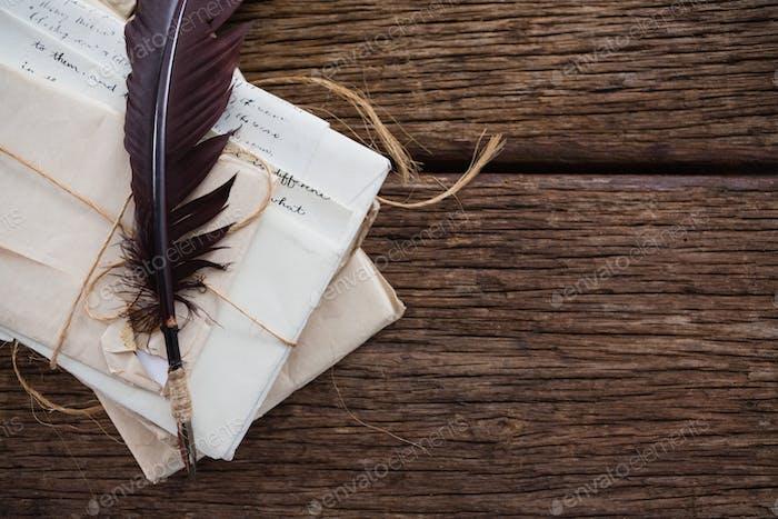 Feder mit nostalgischen Buchstaben