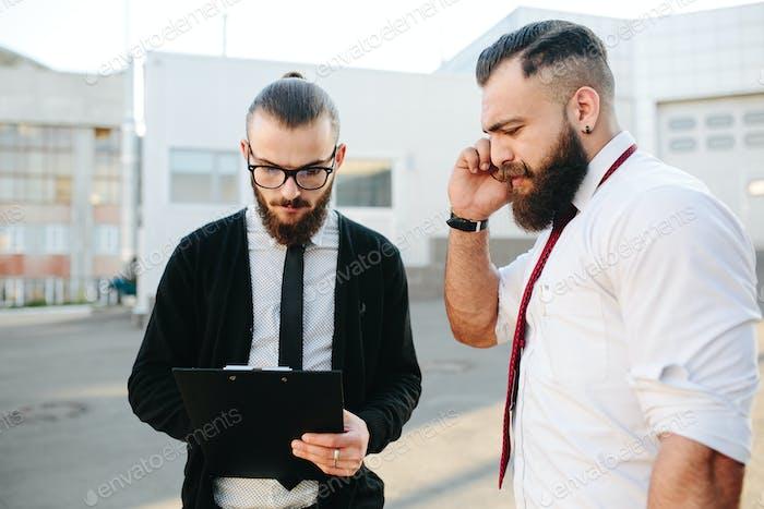 Zwei Geschäftsmann bei der Arbeit