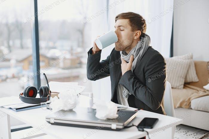 Junger Mann, der im Amt an Grippe erkran