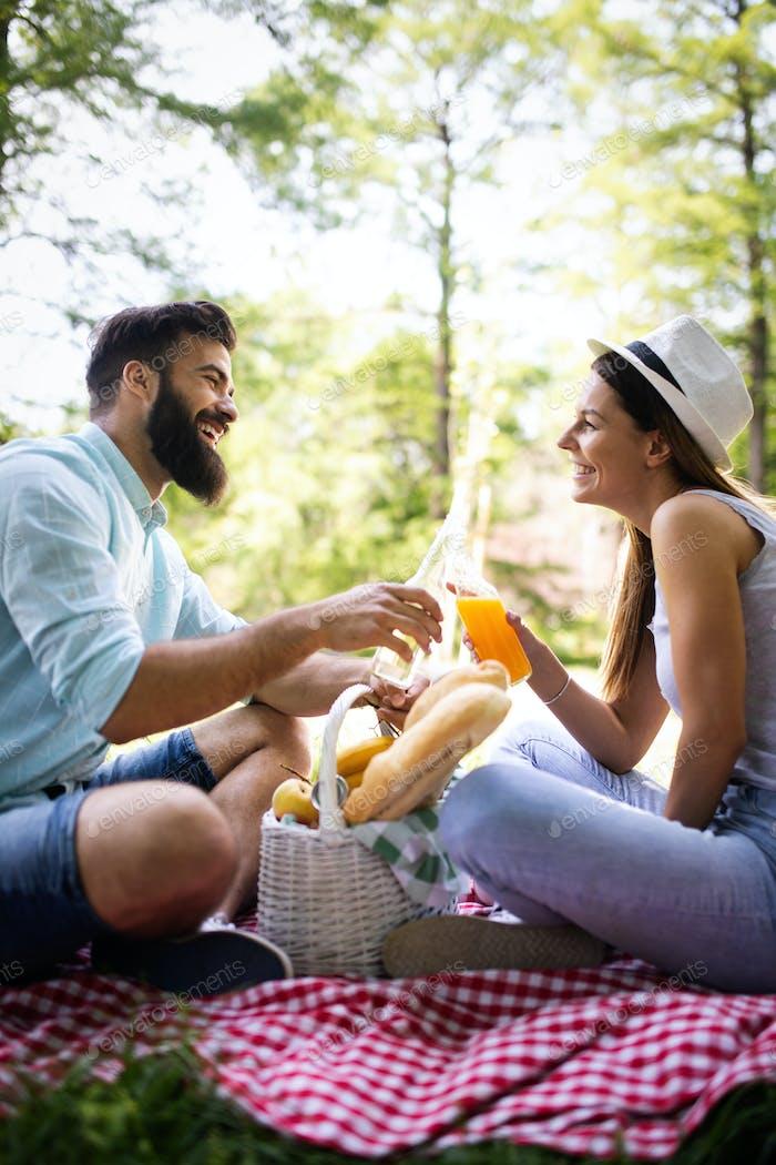 Glückliches junges Paar genießen Picknick im Park