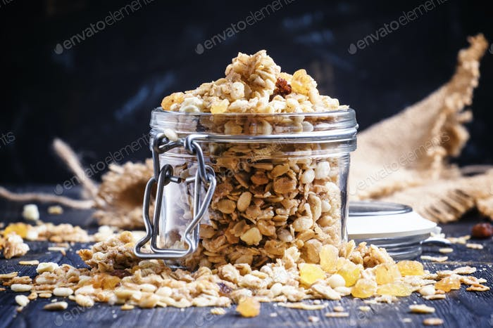 Baked granola with raisins