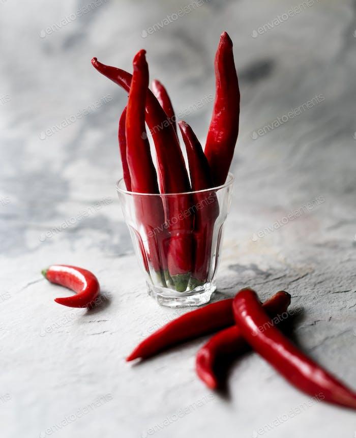 Luftaufnahme von Cayenne-Chili-Paprika im Glas