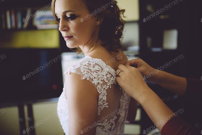 Schwester hilft Braut vorbereiten