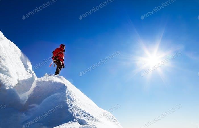Ein Kletterer ruht sich aus. Italienische Alpen, Europa.