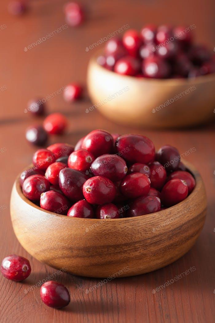 frische Cranberry in Holzschalen über rustikalen Tisch