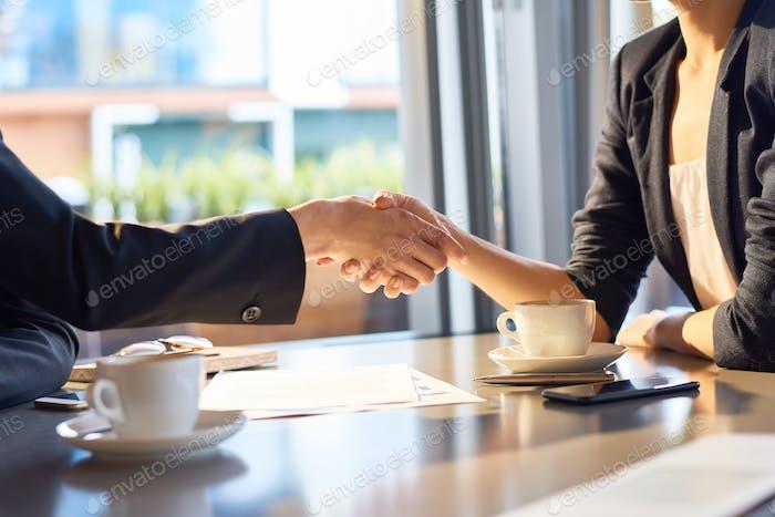 Fester Handschlag von Geschäftspartnern