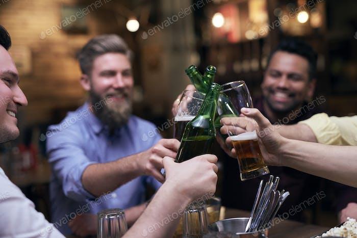 Gruppe von Männern, die einen Jubel für gutes Wochenende machen