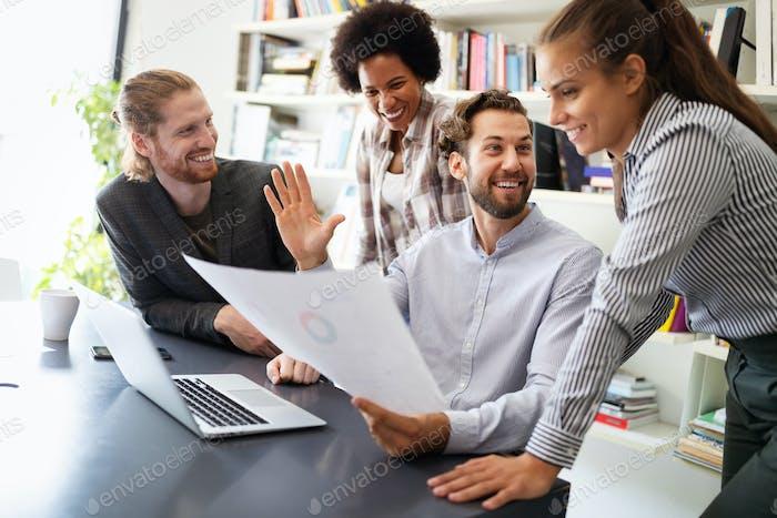 Programmierer kooperieren Brainstorming bei IT-Unternehmen