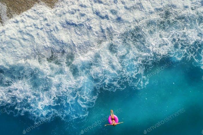 Luftbild der Frau im Meer schwimmen