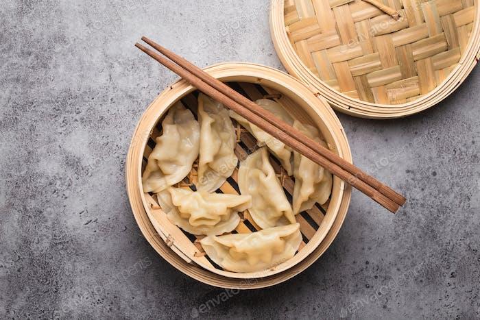 Asiatische Knödel im Bambusdampfer