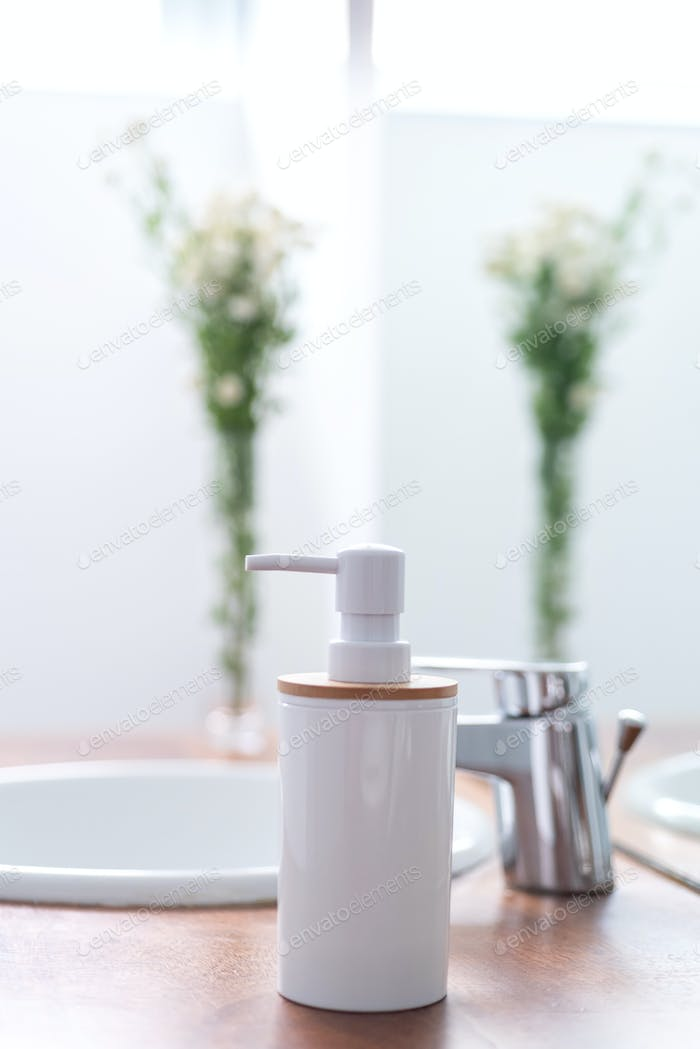 Seifenspender in einem modernen hellen Badezimmer