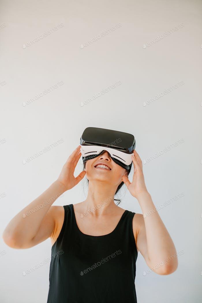 Junge Frau mit dem Virtual Reality Headset