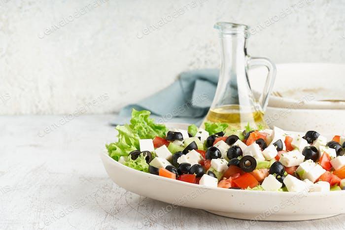 Griechischer Salat Horiatiki mit Feta-Käse, vegetarische mediterrane Küche, kalorienarme Diät